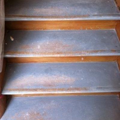 Ausgelaufene Treppe vor der Aufarbeitung