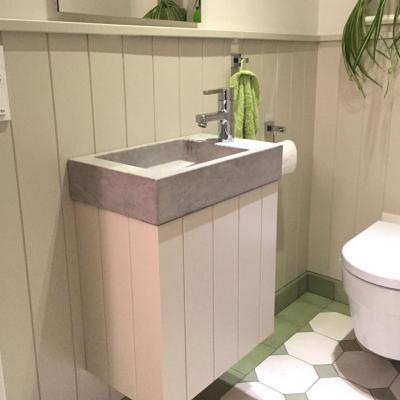Waschtischmöbel mit passender Wandverkleidung